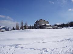 Od lewej: budynek Smrek, Sosna a w tle Śnieżka.