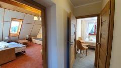 Studio: pokój czterosobowy, pokój z łożem małżeński, łazienka.