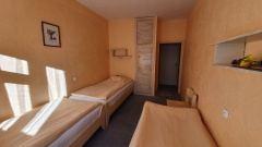 Pokój trzyosobowy z łazienką w budynku Sosna.