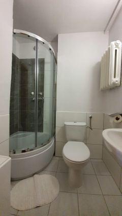 Pokój dwuosobowy z łazienką w budynku Sosna.
