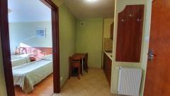 Pokój typu studio z aneksem kuchennym w budynku Smrek.