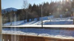 Widok z budynku Smrek na Śnieżkę.