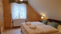 Pokój Luisy Pohl z łożem małżeńskim na piętrze.
