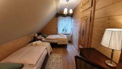 Pokój dwuosobowy z oddzielnymi łóżkami na piętrze.