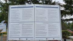 Tablica informacyjna o losach tego domu, jego mieszkańcach i gościach.